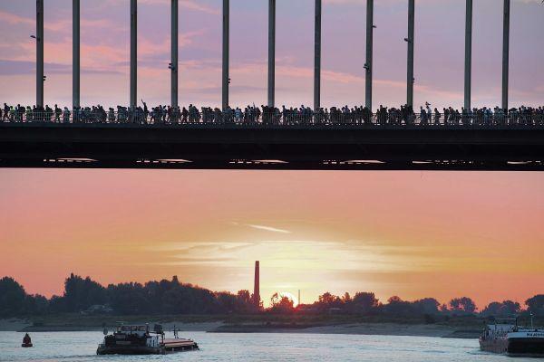 Sute de persoane traversează podul peste râul Waal, în Nijmegen, Olanda, în cadrul celui mai mare marș public din lume. Evenimentul ține patru zile și se desfășoară anual din 1909. Foto: EPA/AGERPRES