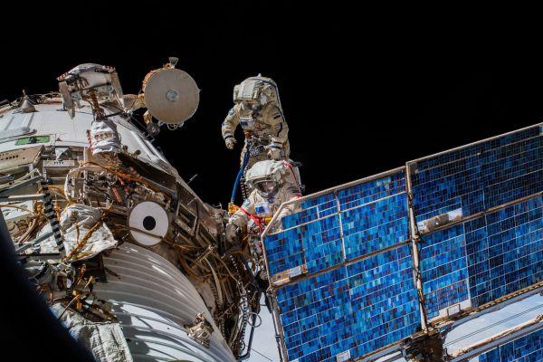 Astronauții ruși Oleg Artemiev and Serghei Prokopiev au petrecut 7 ore și 46 de minute în spațiu, în afara Stației Spațiale Internaționale, pentru a instala o antenă pe laboratorul spațial. Foto: ESA/NASA-A.Gerst