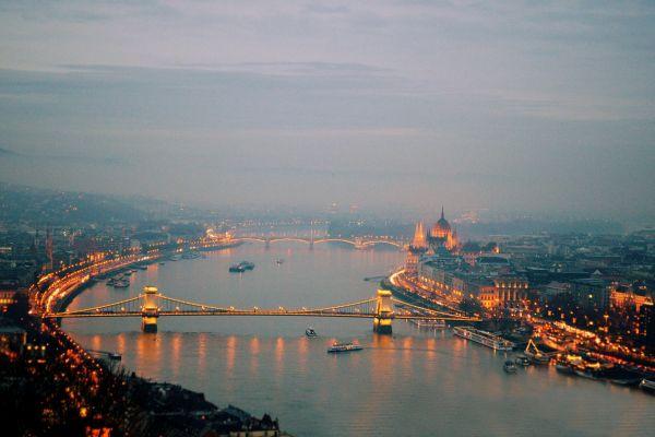 Când se lasă seara peste Budapesta. Podurile luminate de peste Dunăre. Foto: cristalmorando/pixabay.com