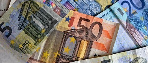 Euro depășește din nou 4,66 lei