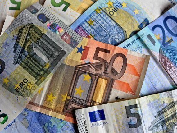 Leul s-a depreciat în raport cu euro și dolarul