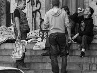 Peste 4 milioane de români stau degeaba. Încasează mai mulți bani din ajutorul social și alocații decât dacă ar munci cu ziua