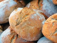 De ce se scumpește pâinea, dacă avem producție record de grâu? Explicația lui Isărescu