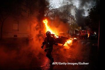 Victorie pentru protestatarii care au adus Franța în pragul stării de urgență. Guvernul de la Paris renunță la taxa pe carburanți, care a scos  Vestele galbene  în stradă
