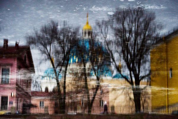 Catedrala Trinității și alte clădiri se reflectă în râul Fontaka din Sankt Petersburg, Rusia. Foto: OLGA MALTSEVA/AFP/Getty Images/Guliver