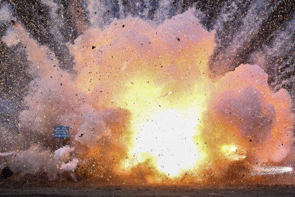 Artificii ilegale confiscate sunt detonate controlat în Weisskeissel, un orășel din estul Germaniei. Foto: PATRICK PLEUL/AFP/Getty Images/Guliver