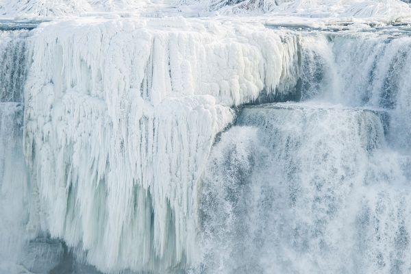 Părți ale cascadei Niagara au înghețat, din cauza temperaturilor foarte scăzute înregistrate în Canada. Foto: GEOFF ROBINS/AFP/Getty Images/Guliver