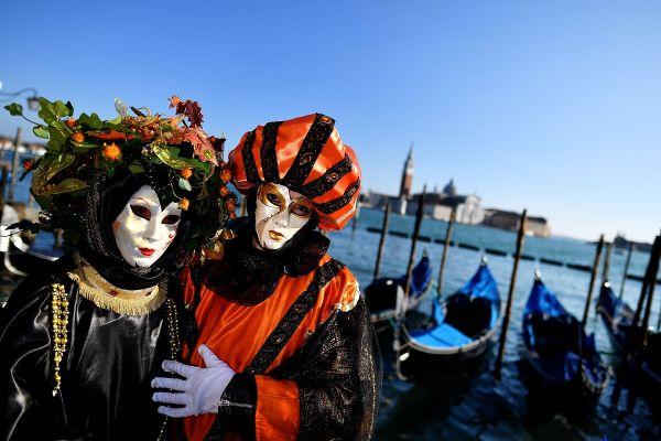 Participanți la Carnavalul de la Veneția, celebra sărbătoare care a început, sâmbătă, în laguna italiană. Foto: ALBERTO PIZZOLI/AFP/Getty Images/Guliver