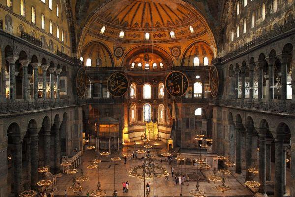 Artă bizantină și islamică în Hagia Sophia, din Istanbul. Preşedintele turc Recep Erdogan şi-a anunțat intenţia de a redenumi fosta bazilică Sfânta Sofia din Istanbul Moscheea Sfânta Sofia, pentru a fi vizitată gratuit. Foto: pixabay.com