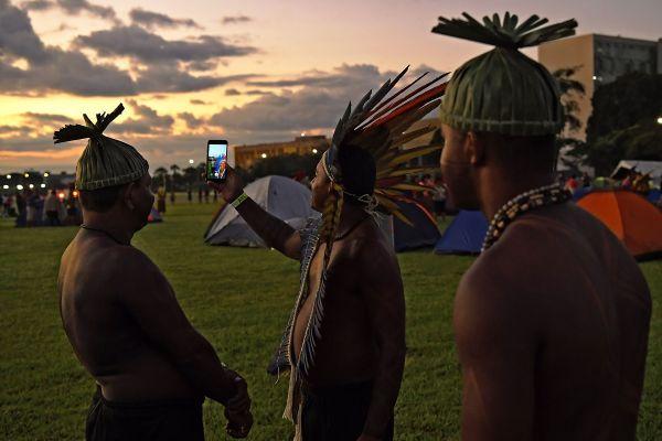 Membri ai unui trib din Brazilia își fac un selfie la un protest față de politica Guvernului legată de triburile populațiilor indigene din regiune. Foto: CARL DE SOUZA/AFP/Getty Images/Guliver