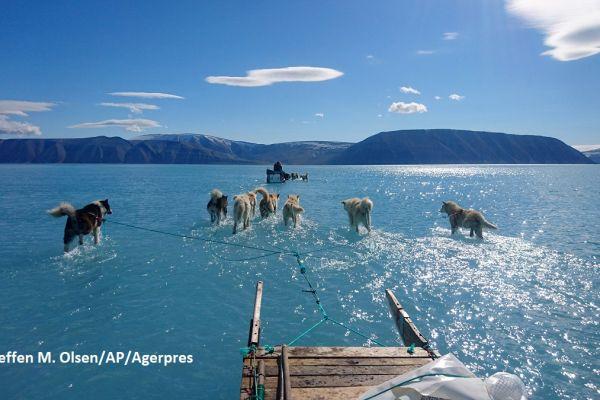 Fotografia climatologul danez Steffen M. Olsen arată nivelul la care a ajuns topirea gheţii în Groenlanda. Pe 12 iunie 2019, peste 40% din Groenlanda s-a topit, iar pierderea totală de gheaţă este de peste 2 mld. tone.