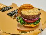 Premieră mondială a unui lanț gigant de restaurante, inclusiv în România: burgerul acoperit cu foiță de aur de 24 de karate