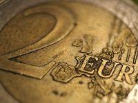 Leul se apreciază uşor faţă de euro