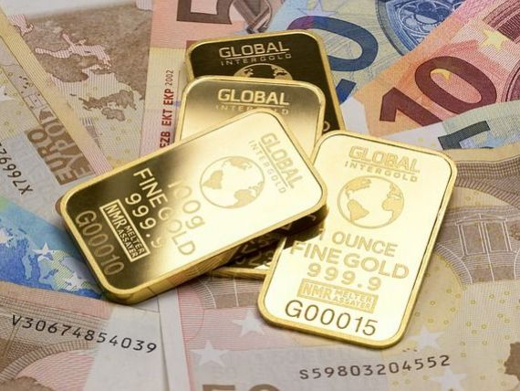 Euro scade sub 4,73 lei. Preţul aurului rămâne aproape de nivelul record, înregistrat miercuri