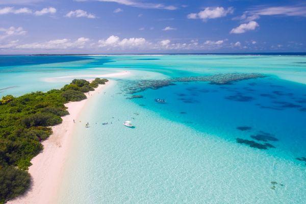 Românii au început să-și rezerve deja vacanţele pentru Revelionul 2020, printre destinațiile preferate numărându-se Insulele din Marea Caraibilor, Mauritius, Maldives au Thailanda, unde un sejur poate depăşi 5.000 euro. Foto: pixabay.com