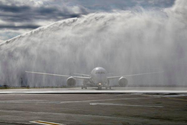 Primul zbor operat de compania EL AL ISRAEL AIRLINES cu aeronava B787-900 pe Aeroportul Internațional Henri Coandă București, întâmpinat cu tradiționalul salut cu apă. Foto: Bucharest Airports/Facebook